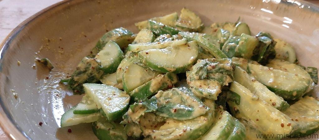 आर्गुला एंड को. - काजू और सरसों ड्रेसिंग से बनाया गया खीरा का सलाद
