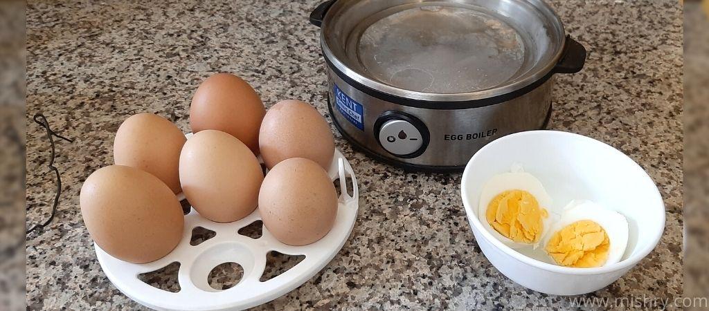 कैंट इंस्टेंट एग बॉयलर ट्रे में सख्त अंडे हैं वहीं बाउल में मीडियम उबले हुए अंडे हैं