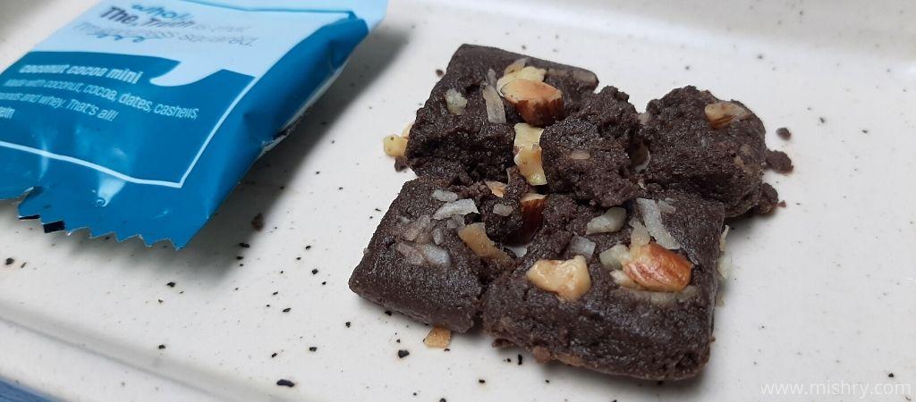 कोकोनट कोको मिनी बार में नारियल और बादाम हैं