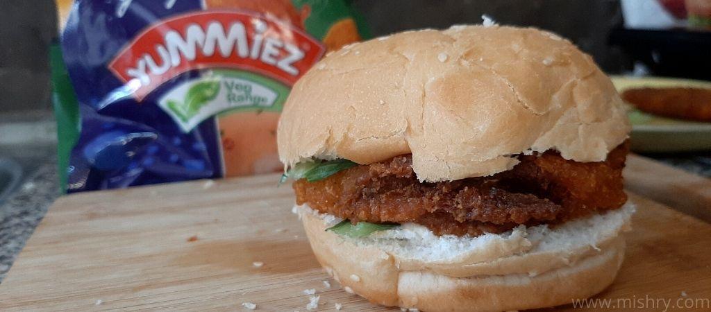 गोदरेज यम्मीज़ वेजी बर्गर पैटी टेस्ट करते समय