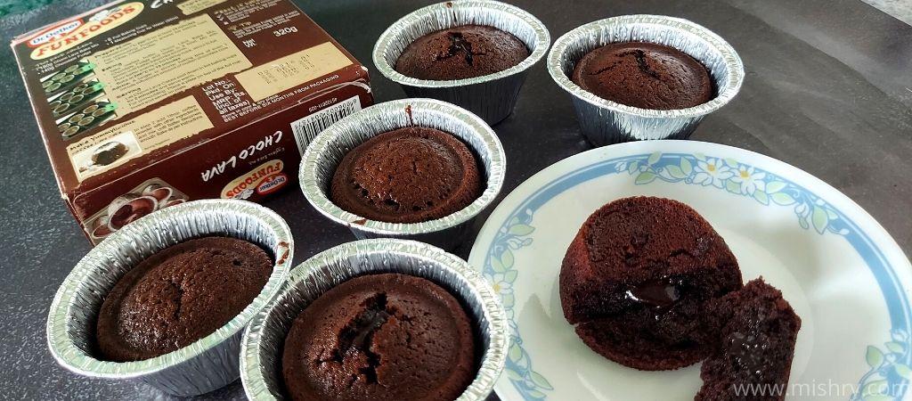 डॉ. ओटकर फनफूड्स चोको लावा के एक पैक से 6 मिनी केक बनते हैं