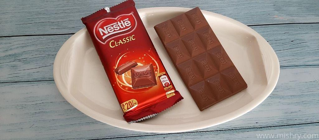 नेस्ले क्लासिक चॉकलेट बार में 12 चौकोर हिस्से आते हैं