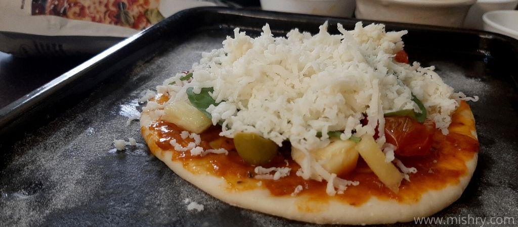 पिज़्ज़ा बेक होने के लिए तैयार