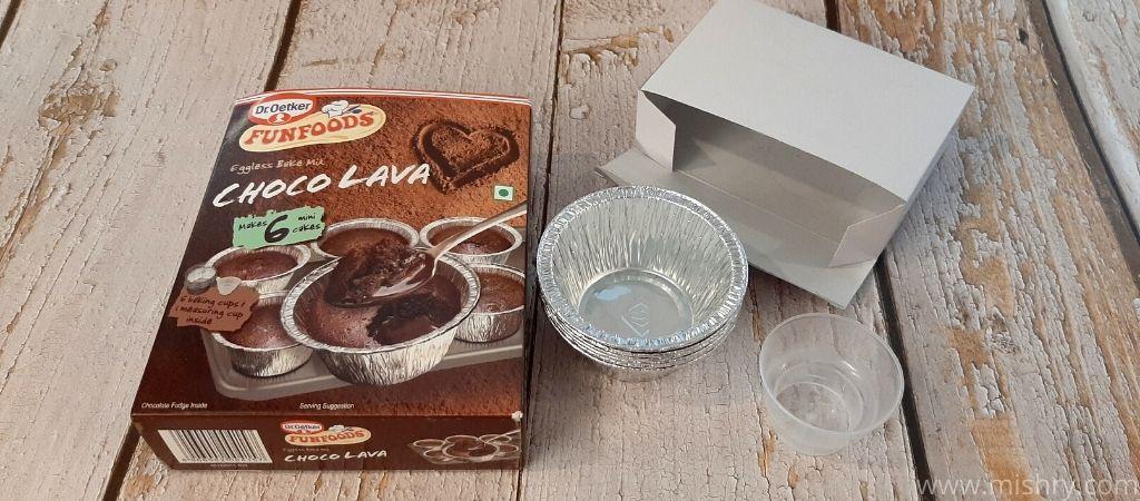 फनफूड्स चोको लावा एगलेस बेक मिक्स में मापने वाले कप भी आते हैं