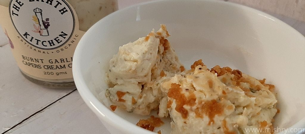 बर्न्ट गार्लिक एंड केपर क्रीम चीज़
