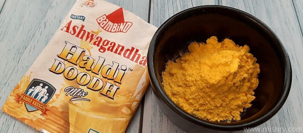 बैम्बिनो हल्दी दूध अश्वगंधा का रंग हल्का पीला है।
