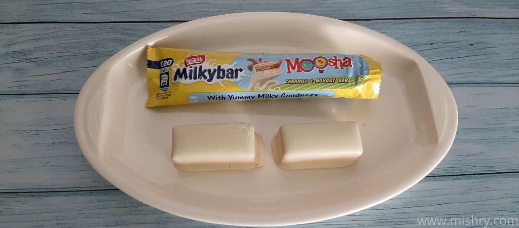 मिल्कीबार मूशा कारमेल + नूगट पैक में दो बार आती हैं