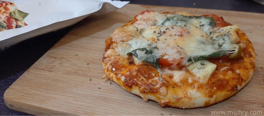 रेगुलर क्रस्ट पिज़्ज़ा तैयार है