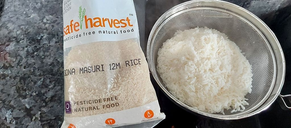 सेफ हार्वेस्ट सोना मसूरी राइस पकाने के बाद स्ट्रेनर में रख दिए थे