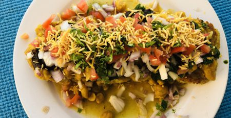different ways to eat bhujiya- image credit- commons.wikimedia.org
